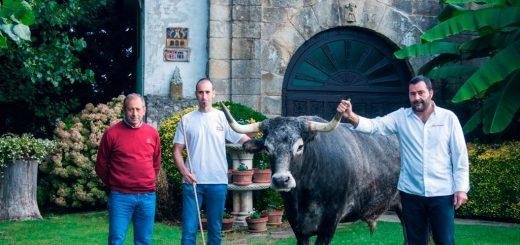 el-chef-jose-antonio-gonzalez-junto-a-los-ganaderos-manuel-quintana-padre-e-hijo