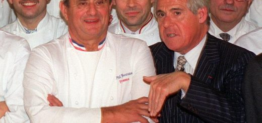 (FILES) This file photo taken on November 16, 1989 shows celebrated French food-writers Christian Millau (R) posing with French chef Paul Bocuse (2nd L) and other French famous chefs in Paris.  Gastronomy critic Christian Millau, co-founder of the French restaurant guide Gault and Millau, died on August 7, 2017 according to the director of the food guide. G&M was founded by the two restaurant critics, Henri Gault and Christian Millau in 1965. / AFP PHOTO / PIERRE VERDY
